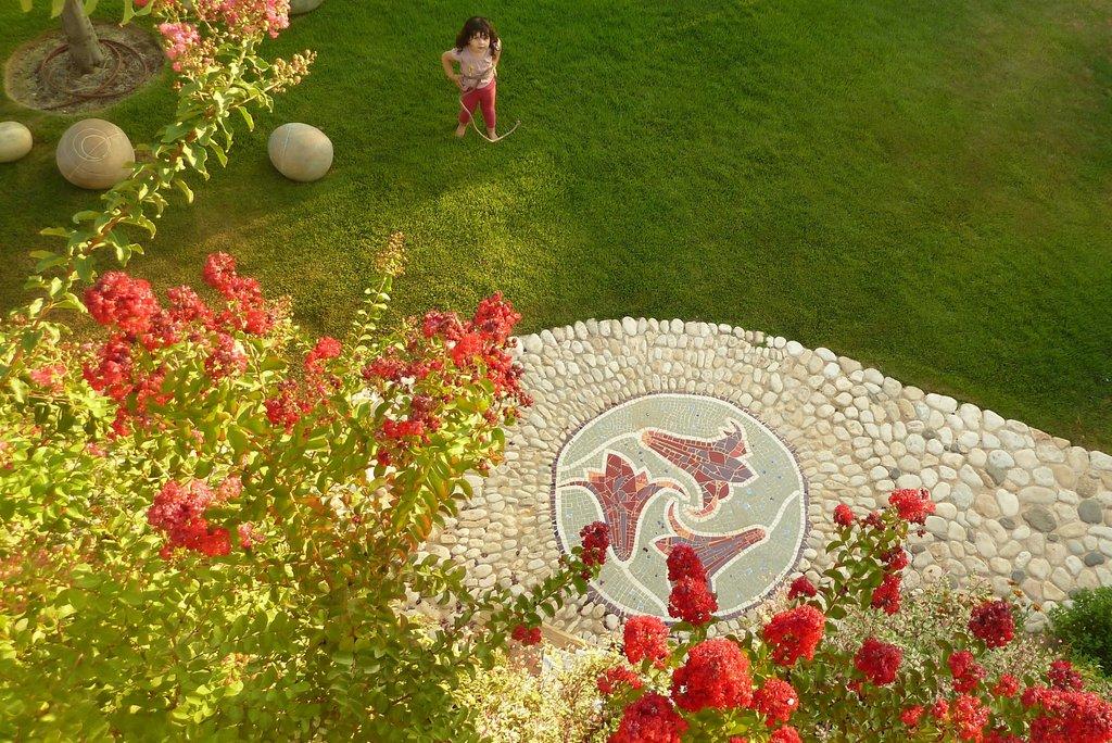 מוטיב הפסיפס נובע מפריחה בגן. אמן Alex Telalim